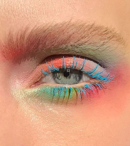 Pastell auf den Augen: Pastelltöne, die von einer türkisfarbenen Wimperntusche hervorgehoben werden