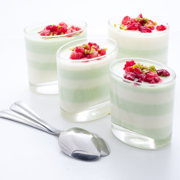 Panna cotta with white chocolate and pandan(a tropical plant used in southeast Asian Cuisine as a flavoring)#shopfesta #mesadedoces #minisobremesa