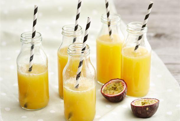 Kevyt hedelmäbooli ✦ Siideri antaa boolin sopivasti kuplaisuutta ja makeutta. Nauti hyvässä seurassa. http://www.valio.fi/reseptit/kevyt-hedelmabooli/