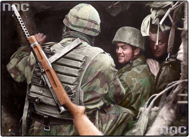 An Italian Paracadutisti carrying a Beretta Mod.38A SMG and wearing a 'Samurai' ammunition vest, chats to Fallschirmjägers of 1.Fj.DIv. somewhere in Italy between late 1943 and early 1944.