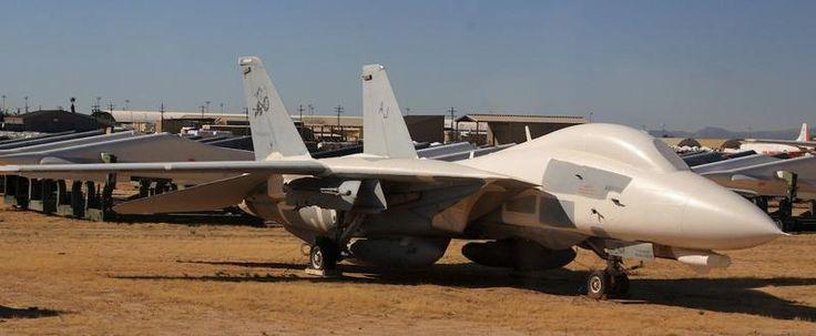Un caza supersónico Grumman F-14 Tomcat . Retirado del servicio en Estados Unidos en 2006, todavía está en servicio en la Fuerza Aérea de Irán, que los mantiene mediante piezas de contrabando y actualizaciones caseras. En la imagen, uno de estos aviones en el centro de mantenimiento y almacenamiento de aeronaves de la Fuerza Aérea (AMARC) de Estados Unidos en Tucson (Arizona). | Frank Kovalchek / Flirk