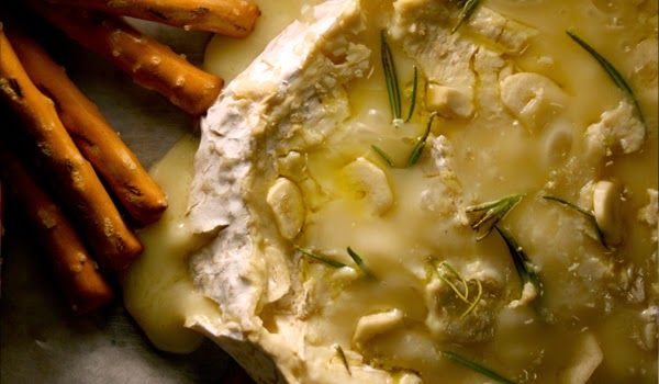 BAKED CAMEMBERT WITH ROSEMARY AND GARLIC  You only need 4 ingredients to make this melted cheese dip, perfect for crackers and wine!  #Snack #recipe