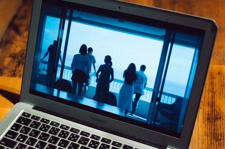 若者たちの間で高い人気を誇る番組だが、単なる恋愛バラエティと侮ってはいけない。「テラスハウス」は、いまや日本だけで視聴されているわけではない。2015年に日本上陸を果たした世界最大の動画配信サーヴィスNetflixが日本発のオリジナルコンテンツ第1弾として選んだのが「テラスハウス」であり、番組は現在世界190カ国に配信されている。  米国のメディアは、「テラスハウス」をその内容やクオリティよりも、米国のそれとは異なるリアリティショーとしての「文法」の違いや、そこを通して垣間見える「文化の違い」を魅力と感じている。  アメリカのリアリティショーに見られるような足の引っ張り合いやなじり合いがない。