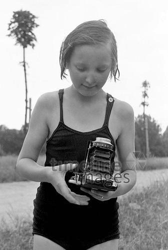 Mädchen mit Kamera in Fürstenwalde, 1953 Juergen/Timeline Images, #1950er #1950ies #retro #Bademode #Faltkamera #Fotografen #Fotografie #Fotografin #Kameras #Kindheit #Mädchen #Mode #Plattenkamera #Natur #Hobby #historisch #historical