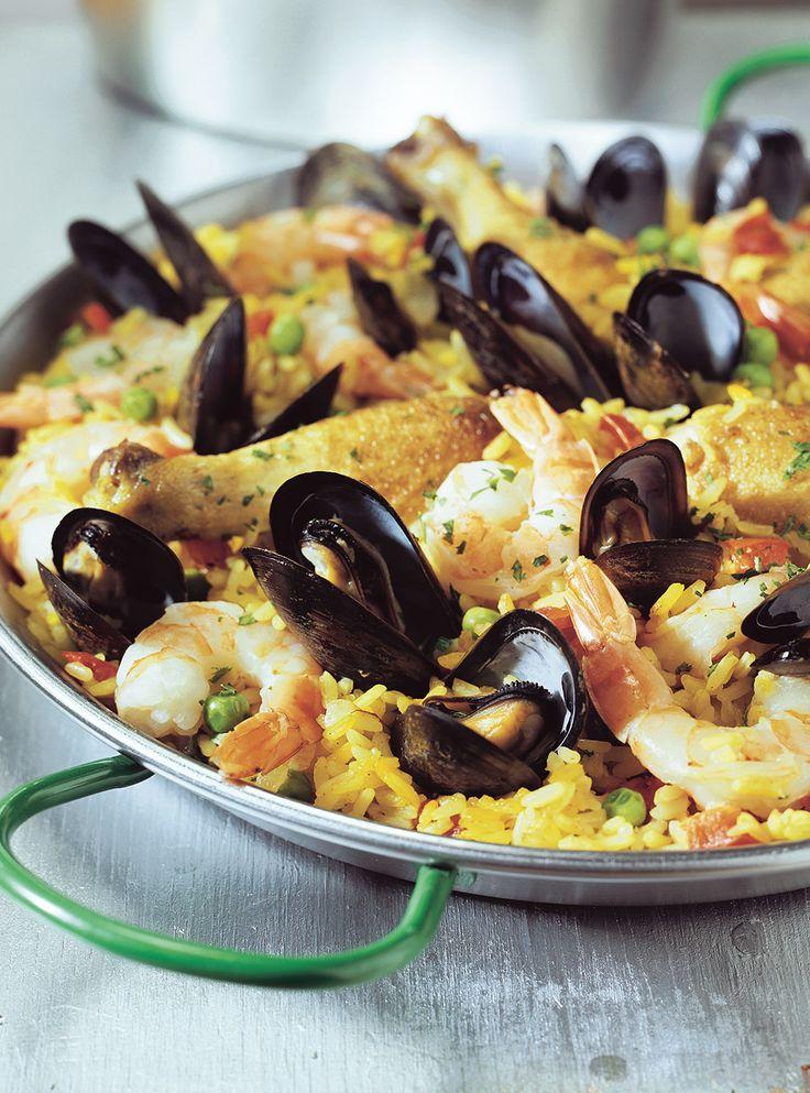 Recette de Ricardo de paella.  Ce plat originaire d'Espagne et typique dans les Antilles est très bon pour la santé et fera le bonheur des amateurs de fruits de mers.