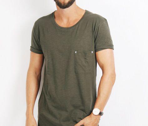 En mossgrön T-shirt passar perfekt ihop med ett par svarta byxor och en svart kavaj, alternativt en mörkgrå kavaj och svarta byxor. Eller ännu bättre, kombinera den med en full svart eller mörkgrå kostym. #mossgrönt #tshirt #mossgrön #höstmode #herrmode #mode #Obsid http://www.obsid.se/mode-och-grooming/mossgron-hostens-stora-farg/