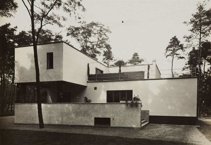 csm_Lempertz-1069-225-The-International-Style-through-the-Eyes-of-Photography-Works-from-an-Important-Collection-Lucia-Moholy-Suedansicht-Haus-Gropius-_827d90f109.jpg (2560×1763)