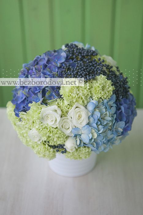 Свадебный букет из голубой гортензии, белых роз и зеленой гвоздики с синими ягодами