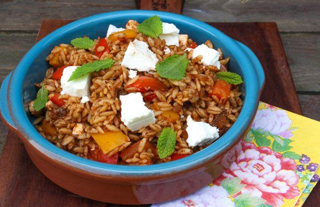 Deze simpele orzo salade met gegrilde paprika, feta en rozijnen is een heerlijk vegetarisch hoofdgerecht. Je kunt deze salade zowel warm als koud eten. 'Wat is orzo?' denk je misschien. Orzo smaakt als een combinatie van pasta en rijst. En dat is lekker! Klaar binnen ongeveer 20 minuten. Deze orzo salade is zowel koud als …