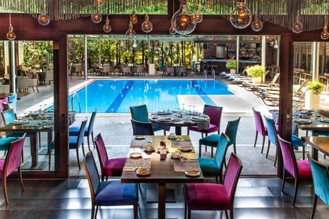 Na een drukke dag kan je heerlijk de rust op zoeken bij Les Lazaristes. Dit hotel en restaurant in Thessaloniki biedt luxe accomodaties met elegante kamers. | CityZapper.nl