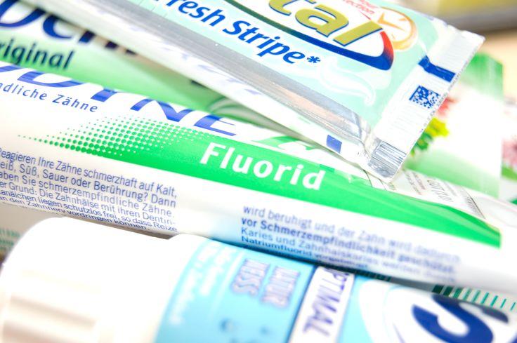 Die richtige Zahnpasta sollte Fluorid enthalten.