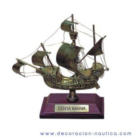 Maqueta carabela Santa Maria Maqueta de la famosa carabela Santa Maria usada por Cristóbal Colón en su viaje para descubrir nuevas rutas comerciales  y en el que se topó con América.  Realizada en latón envejecido.  Medidas: 10x8x4