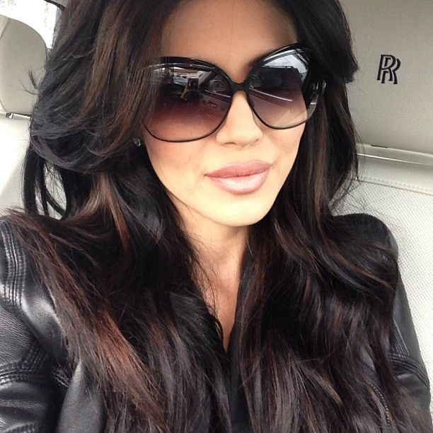 Dark brown hair with brown reddish highlights - big sunglasses - olive skin - soft makeup