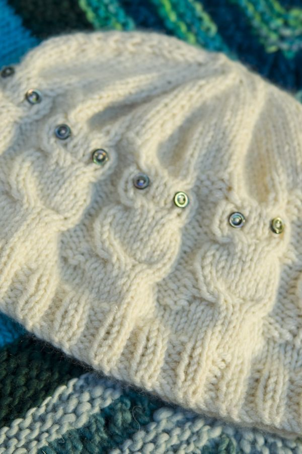 I've been seeing the patterns for these a lot lately!! Well, this owl hat is just as gorgeous and the pattern is FREE!! =) LOVE it!! KNIT:
