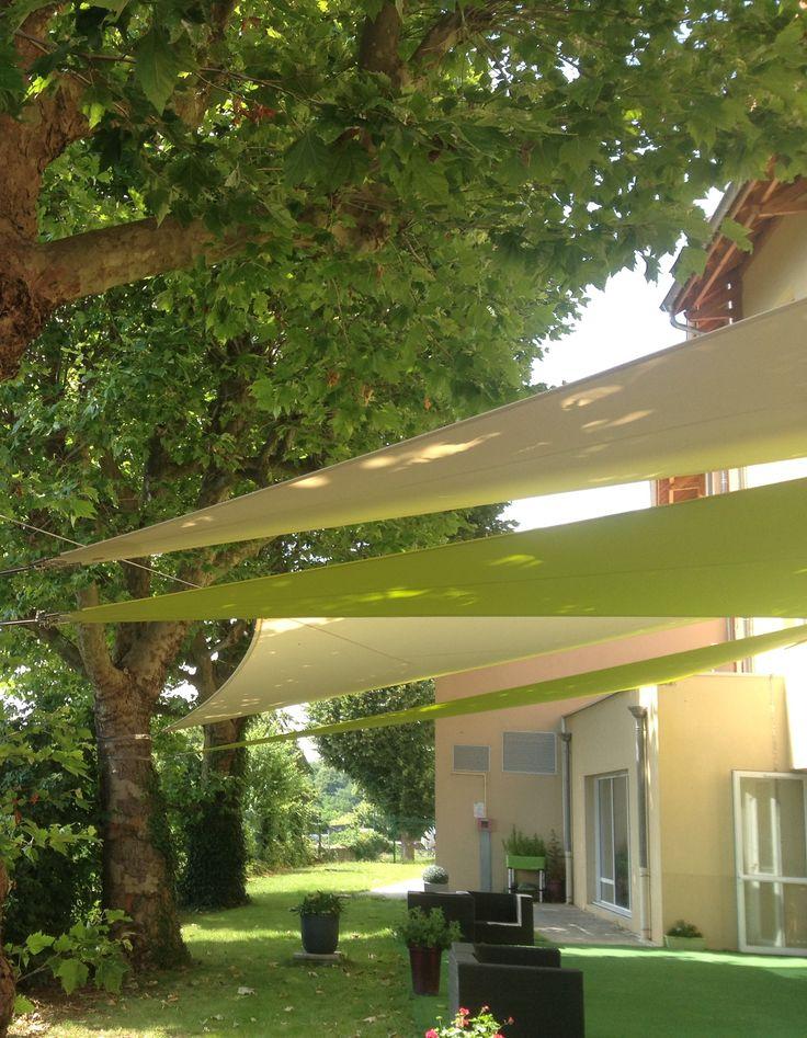 Réalisation de quatre voiles d'ombrage triangulaires en toile Soltis 92 (Serge Ferrari) d'une surface totale de 69m². Système de cerclage pour la fixation aux arbres.  Installation par notre équipe de pose à Charnay (69380).   Encore un beau projet mis en oeuvre par l'équipe des Ateliers RAGOT !!!!