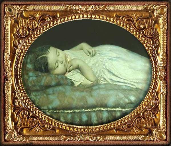 """Criança """"morta"""" em pose como se estivesse dormindo. Fotos Post Mortem"""