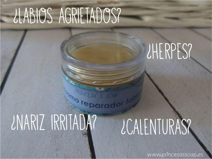 PEQUEÑO Y PODEROSO, nuestro gran bálsamo labial es ya un superbálsamo. Combate HERPES, LABIOS AGRIETADOS, CALENTURAS, NARICES IRRITADAS.... gracias a sus maravillosos ingredientes naturales: cera virgen de abeja, própolis, miel de manuka,  manteca de karité, macerados de llantén, caléndula, centella asiática y manzanilla.... y otros cuantos ingredientes espectaculares :-)