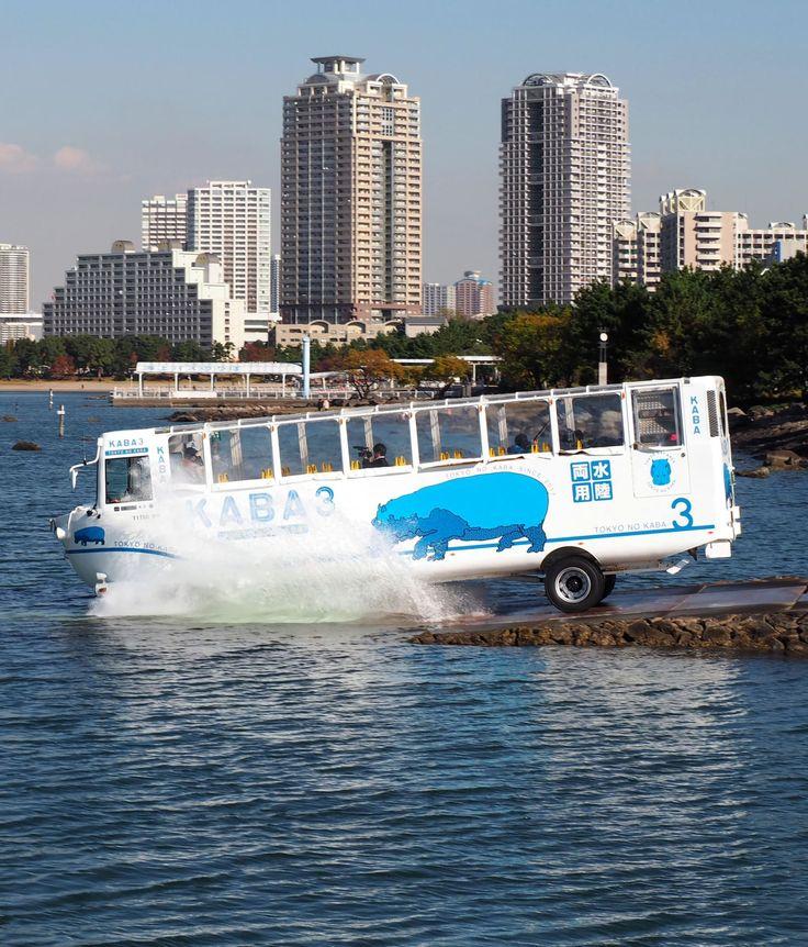 東京湾に入る富士急行の水陸両用バス=24日、東京都港区 富士急行は27日、東京・お台場のビル群を走行後、東京湾に入って名所のレインボーブリッジをくぐる水陸両用バスの運行を始めた。2020年東京五輪・パラリンピックに向けて増加する訪日外国人旅...