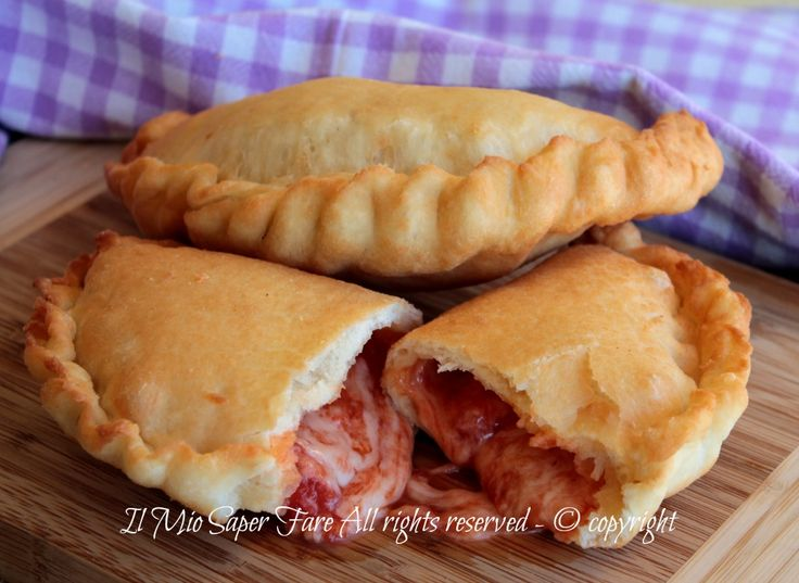 Panzerotti pugliesi fritti: la migliore ricetta di panzerotti o calzoni fritti tipicamente baresi come quelli venduti in rosticceria. Impasto per panzerotti