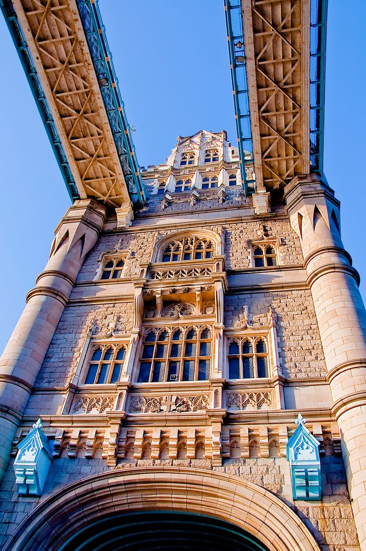 Vista de una de las torres góticas del #TowerBridge http://www.viajaralondres.com/lugares-para-visitar-en-londres/tower-bridge/ #Londres  #RePin by AT Social Media Marketing - Pinterest Marketing Specialists ATSocialMedia.co.uk