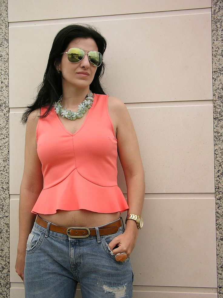 Tany et La Mode: Cropped coral top and ripped jeans - Top coral curto e calças de ganga rasgadas