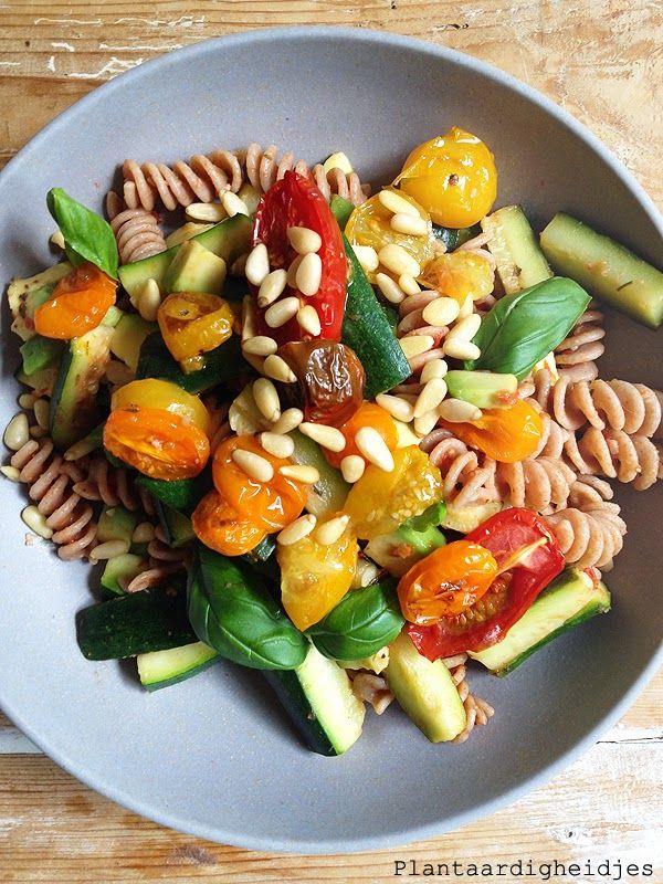 Plantaardigheidjes: Pasta met courgette, tomaatjes en avocado