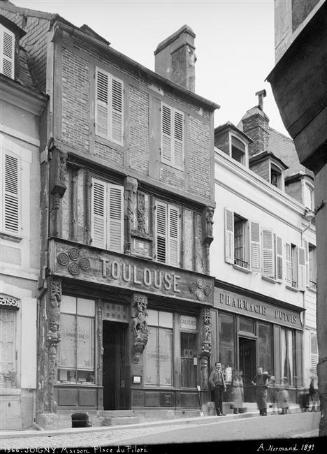 Joigny - Boutique : façade sur la place du Pilori de la boutique Toulouse à #Joigny #yonne #bourgogne #france