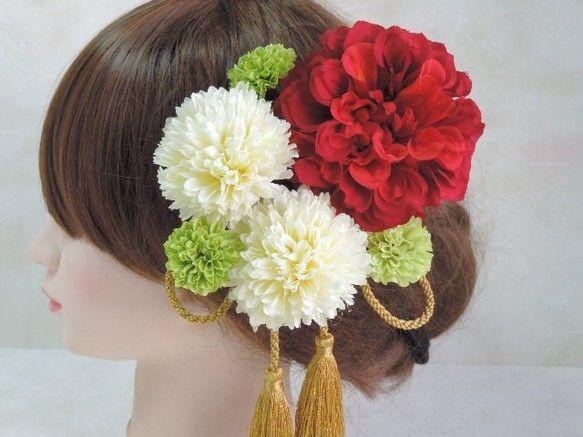 花嫁さまに人気の赤白緑のイタリア国旗のトリコローレカラーに、 ゴールドのりぼんタッセルを合わせた華なやかな髪飾りです♪成人式(成人式の前撮り)や卒業式(袴)に。和装婚(色打掛)やお稽古ごとのお着物にも。夏には浴衣姿にもよく合います。全て1本1本のUピン仕立てになっており、固めたり散らしたりと自由自在にアレンジして頂けるようになっております。~1つずつのパーツに分かれているため、結婚式や成人式・卒業式等でお使い頂いた後は、お花の組み合わせや数を変えて今度は浴衣に合わせて頂いたり、ご友人やご親戚の結婚式の時にもご使用頂ける、とっても重宝する仕立てです!~✿お花は良質なアーティフィシャルフラワーを使用しております。※1つの作品に複数のお花(材料)を使用しておりますので、一部お花(材料)の欠品等があった場合、予告なく類似の色・素材やこちらで作品全体のバランスを考えて選んだお花(色・材料)に変更してお作りさせて頂いておりますので、ご了承ください。※マネキンは小顔に作られておりますので、実物は写真より小さく感じる場合があります。必ずサイズをお確かめの上、ご購入下さいませ。…