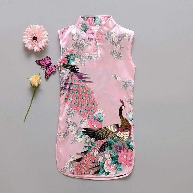 Lichtroze Chinese jurk met 1 knoopsluiting op de hals. Smal model met rittsluiting onder de oksel in het zijpand. 100% polyester zonder stretch.  Model: Mulan
