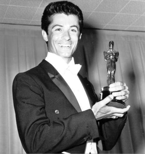 """Το άγνωστο Όσκαρ του Έλληνα ηθοποιού το 1961, με """"αντιπάλους"""",τον Φρεντ Αστέρ και τον Μοντγκόμερι Κλιφτ. Ο Γ. Τσακίρης που χόρεψε με τη Μέριλιν Μονρόε και έπαιξε στο West Side Story - ΜΗΧΑΝΗ ΤΟΥ ΧΡΟΝΟΥ"""