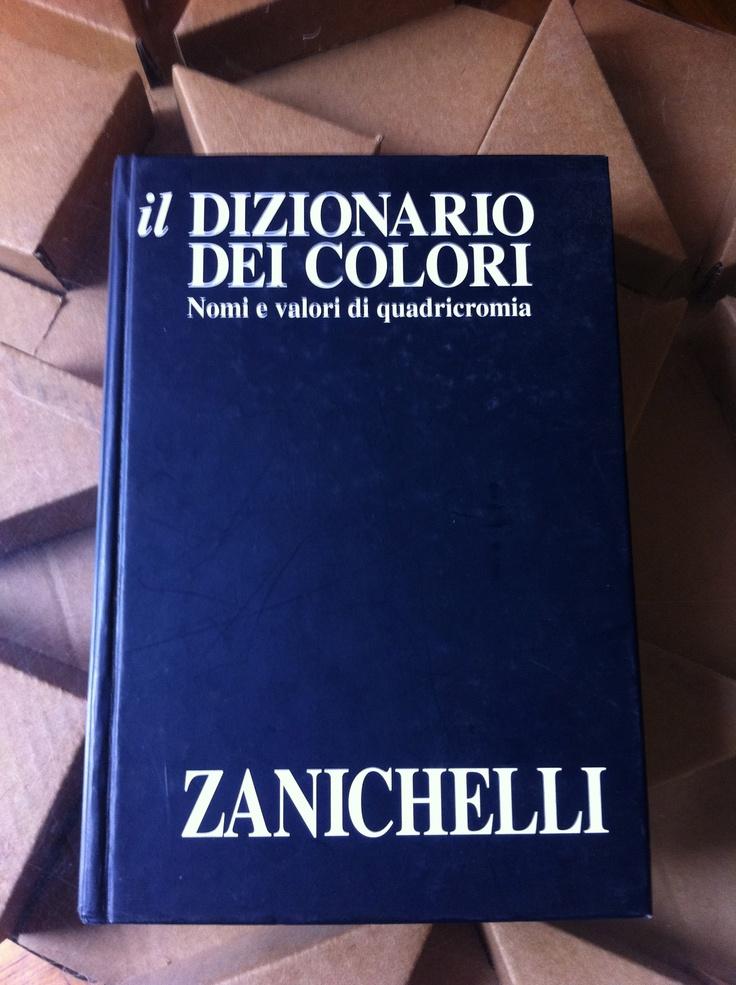 Il Dizionario dei Colori. Zanichelli -- Utilissimo manuale con la classificazione e i valori CYMK di migliaia di colori e relative sfumature e gradienti. Indispensabile.