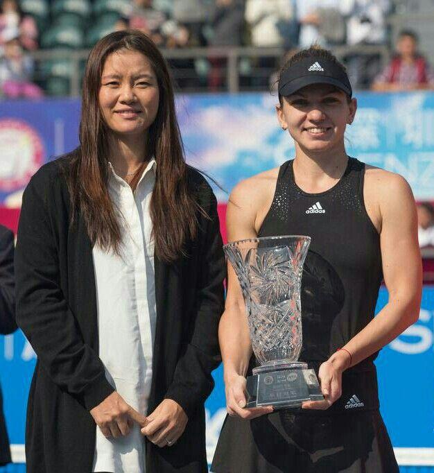 Li Na & Simona Halep in Shenzhen after Halep's first title in 2015.