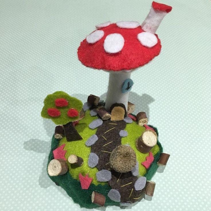 Hoy he pasado el día de san Valentín en una feria de manualidades :) #manualidades #creativa #creativazaragoza2016 #diy #crafts #crafty #niceday #valentines #sanvalentin #valentinesday #love #fairy #littleworld #fantasy #fieltro #artesania #zaragoza #gnomos #gnome #tiny #tinyworld #tinyhouse #seta #micromundo #taller #workshop by lunarcitatieneunlunar