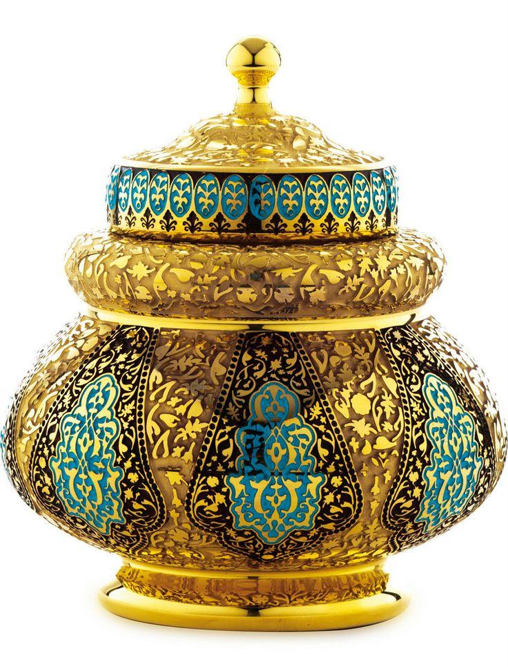 Osmanlı süsleme sanatlarındaki ihtişamın günümüze yansımasındaki en nadide eserlerden biri olan «Alem-i Meşk» serisindeki ürünlerin üst bölümlerinde kullanılan bordür, Anadoluda 16.yy da altın ve gümüş eserler üzerine uygulanan ve savat adı verilen özel bir süsleme sanatında kullanılan desenlerden etkilenerek tasarlanmıştır.