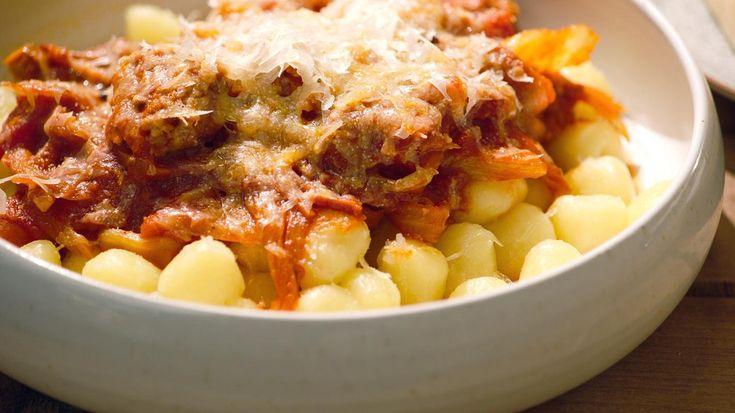 Salsiccia is een Italiaanse worst van varkensgehakt die gekruid wordt met venkel of anijs. Maakt je slager dit type worst niet? Gebruik dan varkensgehakt dat je flink kruidt met venkelzaad.Dit type worst doet het fantastisch in een stevige tomatensaus die je met gnocchi (aardappelballetjes) maar net zo goed met pasta kunt serveren. Je kan ook http://www.een.be/programmas/dagelijkse-kost/recepten/gnocchi-met-abdij… verse gnocchi makenhttps://dagelijkseko...