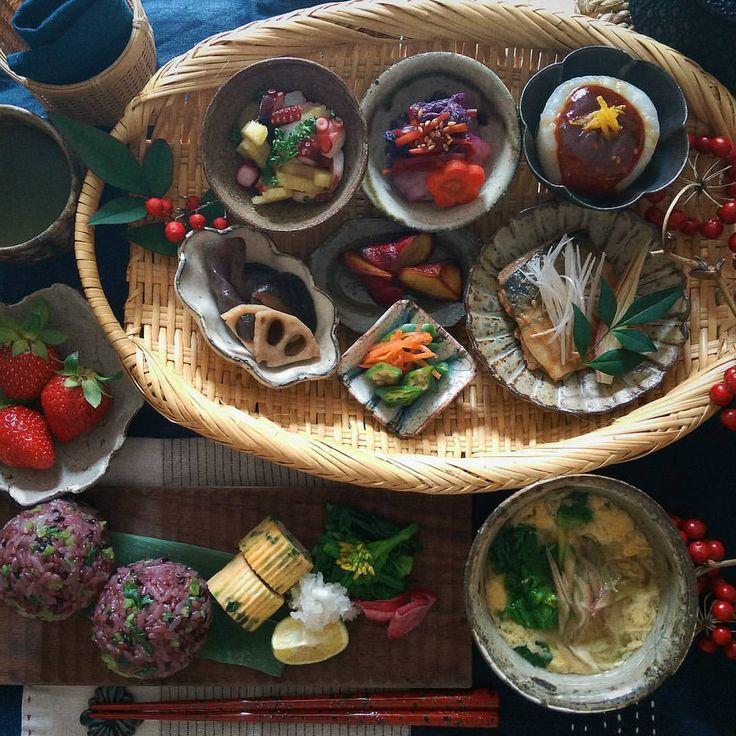 2016.12.18 休日 いろいろ豆皿で朝昼ごはん 🍙黒米ごはんに大根の葉 * * 週末、職場の忘年会で食べ過ぎました💧 重い体ががより重く。。。 しばらく脂肪調整ごはんで🍚 今日も良い1日なりますように🍂 * * #豆皿 #器 #うつわ #朝ごはん #朝食 #朝時間 #和食 #日本食 #Japanesefood #foodpic #instafood #おうちごはん #常備菜 #作り置きおかず #おにぎり #休日 #とりあえず野菜食 #暮らし #刺し子 #デリスタグラマー #lin_stagrammer #クッキングラム