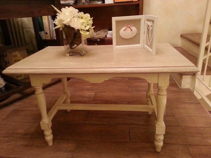 tavolino decorato a mano in stile shabby