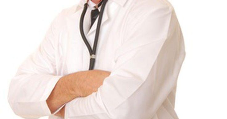 ¿Cuáles son las diferencias entre el mieloma múltiple y la leucemia mieloide?. El mieloma múltiple y la leucemia mieloide tienen mucho en común. Los nombres son similares, ya que ambos son cánceres que se originan en la médula ósea. Muchos de los síntomas son similares, e incluso algunos son los mismos medicamentos que se usan para tratar ambas enfermedades. Sin embargo, son dos entidades claramente diferentes.