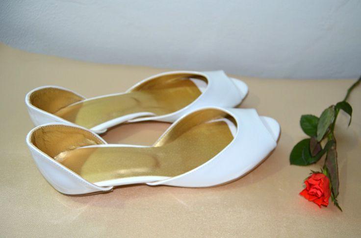 Bílé svatební boty na nízkém podpatku. K-styl. svatební boty, svatební obuv, svadobné topánky, svadobná obuv, obuv na mieru, topánky podľa vlastného návrhu, pohodlné svatební boty, svatební lodičky, svatební boty na nízkém podpatku, nude boty, boty v telové barvě, svatební boty na nízkém podpatku, balerínky, pohodlné svatební boty, topánky vo farbe ivory, slonová kosť, biele balerínky