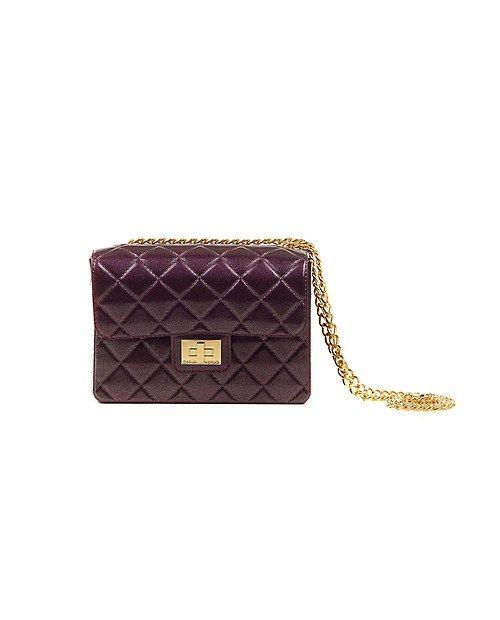 La forma riprende quella della famosa Chanel 2.55 con la catenella dorata, ma anziché essere in pelle sono state realizzate in PVC. Non si sporcano e sono adatte ad ogni situazione, informale o elegante.