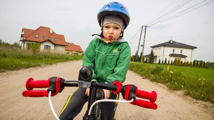 Na spacerze. Więcej zdjęć na http://www.snaphub.pl. #wiosna #rower #dziecko