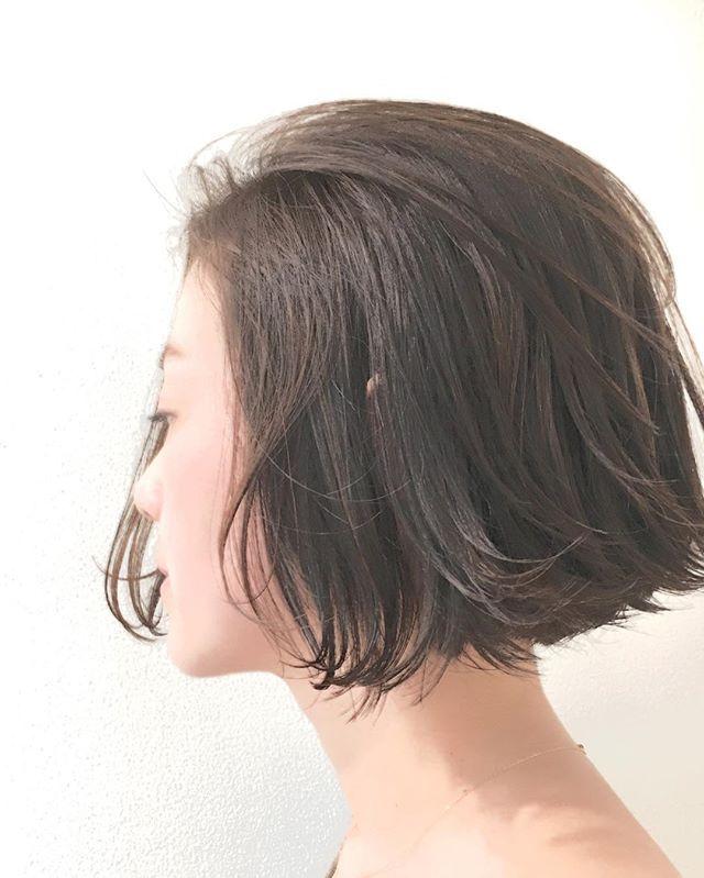 お客様スタイル💇🏼 あご下ラインの前下がりボブ  くせを活かして遊びを出せるレングスのボブ😉  ボブはレイヤーを入れすぎると丸くなってかわいくないので重さを残しつつ動きやすいようにカットしてます💇🏼 巻いても適度なボリューム感にしか膨らまないので小顔効果とオシャレ効果バツグンのあごラインボブです✨  #hair #bob #shima #shimaplus1 #シマ #ハイライト #カラー#パーマ #ボブ #ミディアム #ベージュ #グレージュ#吉祥寺 #fudge #パリ #フレンチ #アンニュイ #アーペーセー #アニエスベー #レペット #ファッション #fashion #repetto #celine #セリーヌ#外国人風カラー #ナチュラル