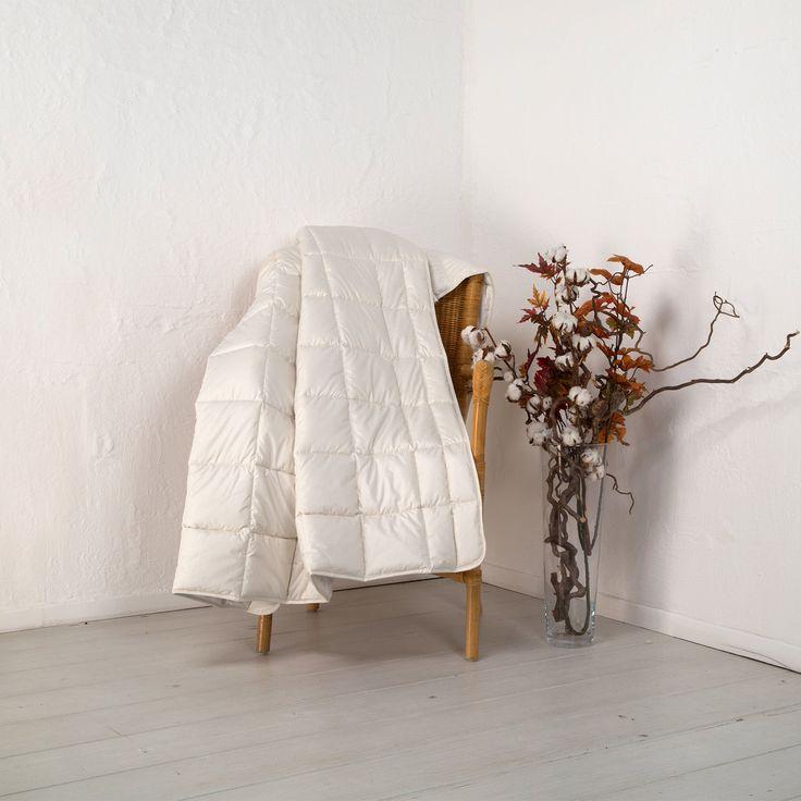 """Die weiche Leicht-Bettdecke """"Linaro"""" kombiniert kuschelige Baumwolle in kbA-Qualität und kühlendes Leinen. Eine perfekte Harmonie! Durch den optimalen Feuchtigkeitstransport von Leinen bietet """"Linaro"""" stets ein trockenes Schlafklima."""