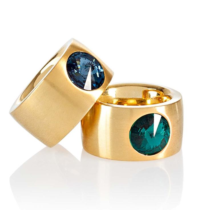 Ring von QUDO. Mattierter goldfarbener Edelstahl, besetzt mit einem facettierten Swarovskikristall/ Ring by Qudo. Polished gold-colored stainless steel, set with a faceted Swarovski crystal  #impressionen #schmuck