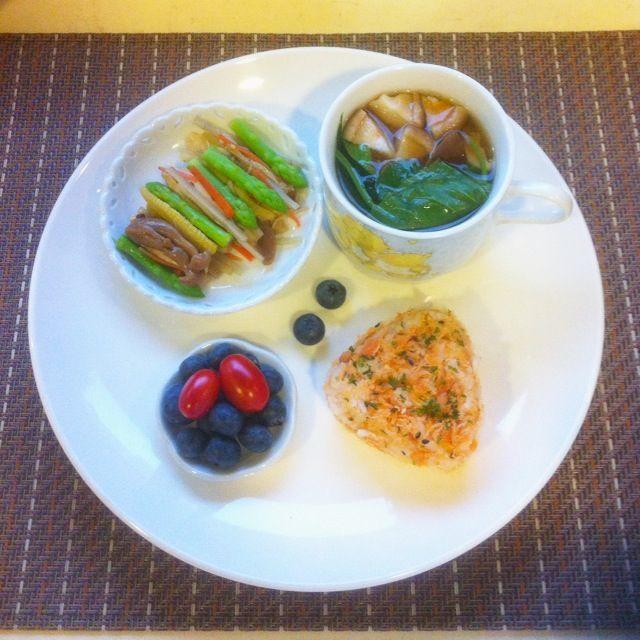 【2014.05.05小栗子早餐】  鮭魚鬆海苔飯糰、梅子醋溜牛蒡根莖蔬菜、香菇青菜湯和水果。鮭魚鬆和醋溜蔬菜都是昨天下午做的常備菜。   #breakfast #早餐 #朝食 #朝ごはん#常備菜