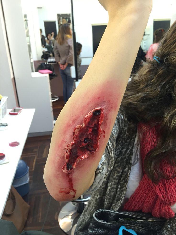 Maquillaje Herida Abierta. Carne falsa, sangre, sangre coagulada, algodón.
