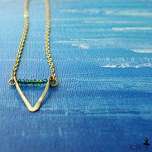 Náhrdelníky - mosadzný náhrdelník s trojuholníkom a tyrkysovými korálkami - 5274731_