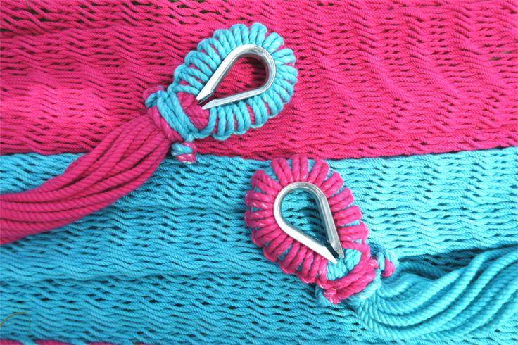 コットンの撚り紐で編んだハンモック(ライトブルー×ピンク)です。手編みすることによって紐のテンションを柔らかく調整していますので、編み目が体のラインにやさしくフィットしてくれます。また、編み目があることで風通しがよく蒸れにくいという長所もあります。ソファなどと比べて吊ってある分、掃除機がかけやすいところも気に入っています。ノートPCを使うときは座ったり、読書するときは寝そべったりなど、シチュエーションごとに楽な体勢をとりながら、素敵なリラックスタイムをお過ごしください。ハンモックのサイズは、全長 約345cm、幅 約165cm、重さ…