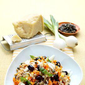 Ingredienti300 g di farro75 g di olive nere snocciolate8 capperi sottaceto3 foglie di basilico2 carote2 cipollotti freschi60 g di formaggio grana2 cucchiai di olio extravergine d