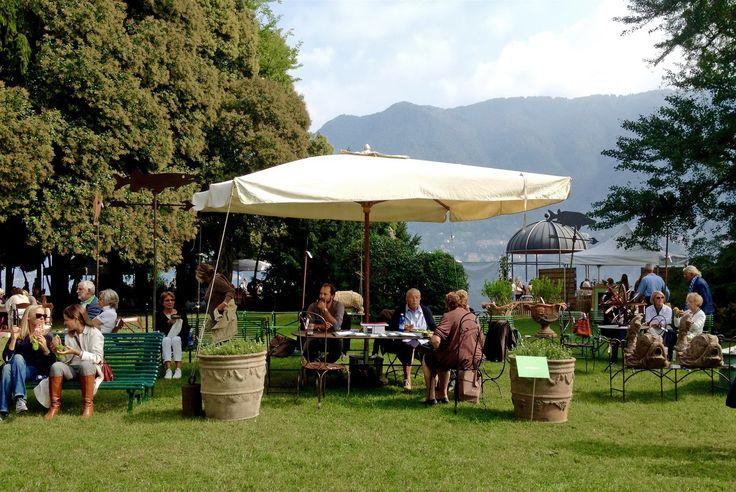 panoramica dello standi di Recuperando Srl #recuperando www.recuperando.com #orticolario2014 Colazione sull'erba? no colazione sulle panchine di recuperando!